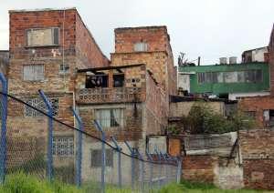 Barrio San Cristóba، مرکز Bogotá. تمامی خانه های نشان داده شده نیازمند بهسازی اساسی می باشند.