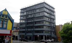 ساختمان Rostrevor در Wellington، که در آن از بادبند قاب فولادی برون محور استفاده شده است.
