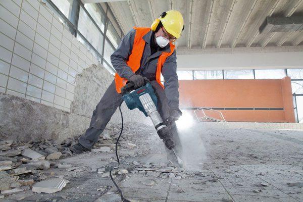 تخریب بتن قدیمی برای اجرای عملیات مقاوم سازی- مقاوم سازی ساختمان