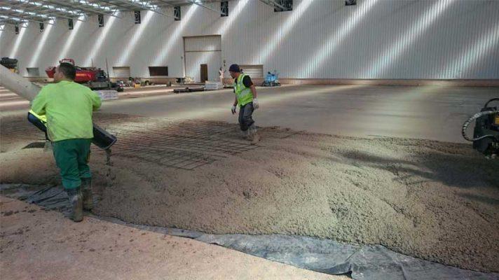 بتن ریزی کف کارگاه صنعتی با بتن الیافی-مقاوم سازی افزیر