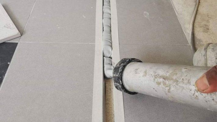 پر کردن درز با درزگیر کف ساختمان اداری
